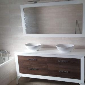 Mueble de baño blanco.