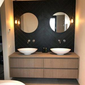Mueble de baño marrón.